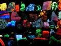 Минералы флюоресцируют в результате перехода электроноа в атоме на оболочку ниже