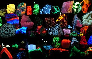 Минералы могут светиться в результате перехода электроноа в атоме на оболочку ниже
