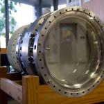 В пузырьковой камере фотографируют треки элементарных частиц