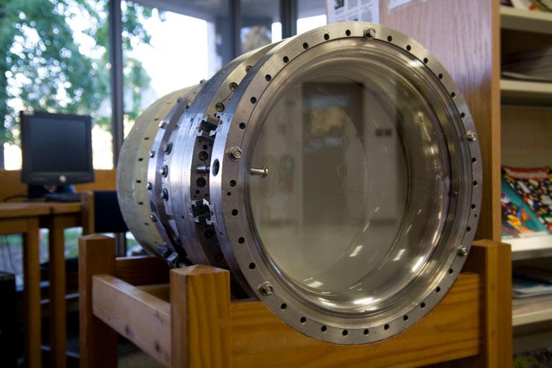 В пузырьковой камере фотографируют треки частиц