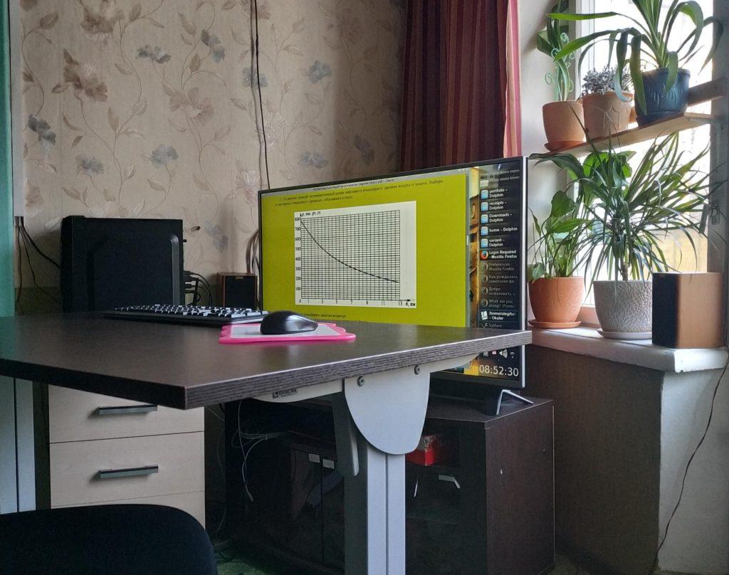 Стол и монитор для занятий физикой.